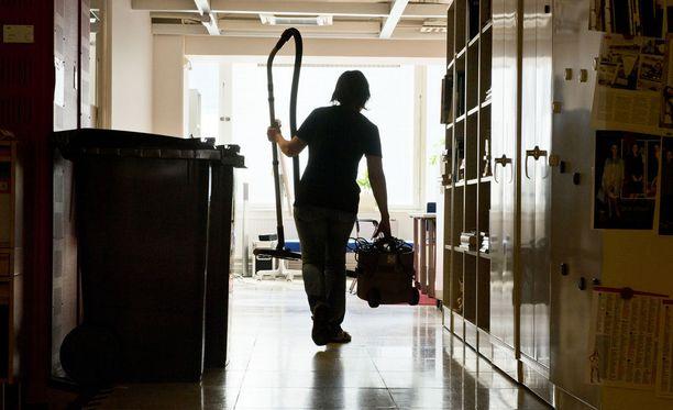 Suuri osa pääkaupunkiseudun ulkomaalaistaustaisista on tehtäviinsä ylikoulutettuja ja joutuu työskentelemään esimerkiksi siivoojina, vaikka heillä olisi ylempi korkeakoulututkinto.