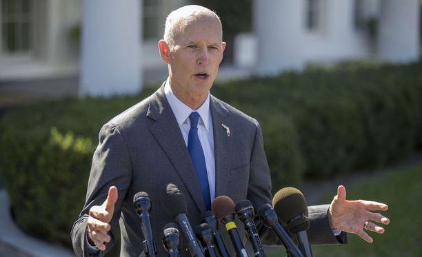 Floridan kuvernööri on saanut tarpeekseen kouluväkivallasta. Liikemiehenä uran tehnyt Rick Scott on ollut Floridan kuvernööri vuodesta 2011.