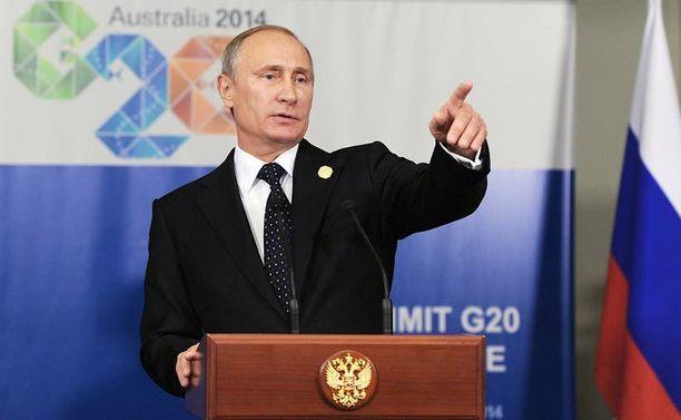 """Venäjän presidentti Vladimir Putin sijoitettiin Australian G20-kokouksen ryhmäkuvassa alariville vasempaan laitaan. Putinin reunapaikkaa on julkisuudessa luonnehdittu """"poliittiseksi Siperiaksi""""."""