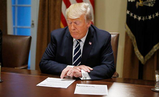 Trump luki medialle muistiinpanojaan Valkoisessa talossa tiistaina.