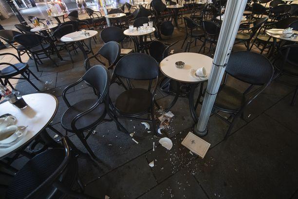 Wienin keskustassa sijaitsevassa kahvilassa näkyi rikkoontuneita laseja ja juomattomia juomia sen jälkeen, kun hyökkääjät ampuivat kahviloihin ja baareihin. Kuva otettu tiistaina.