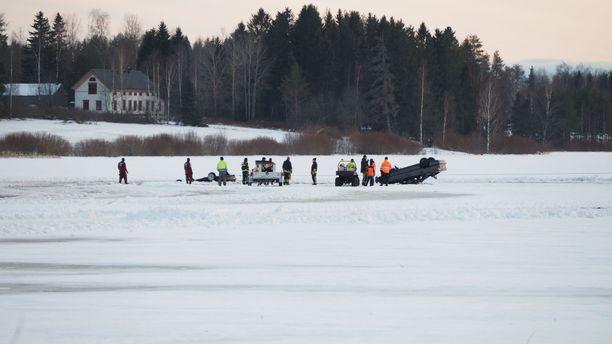 Viranomaiset nostivat onnettomuusautot järvestä.