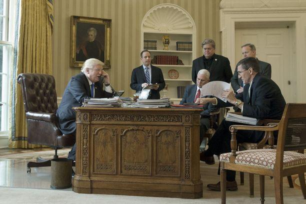 Tuore presidentti Donald Trump keskusteli tammikuussa puhelimitse Venäjän Vladimir Putinin kanssa. Kuvassa Trumpia vastapäätä istuu Venäjä-yhteyksiensä salailun perjantaina tunnustanut silloinen turvallisuusneuvonantaja Michael Flynn.