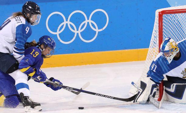 Maria Lindh pyrki Noora Rädyn vartioimalle Suomen maalille Pyeongchangin olympialaisissa.