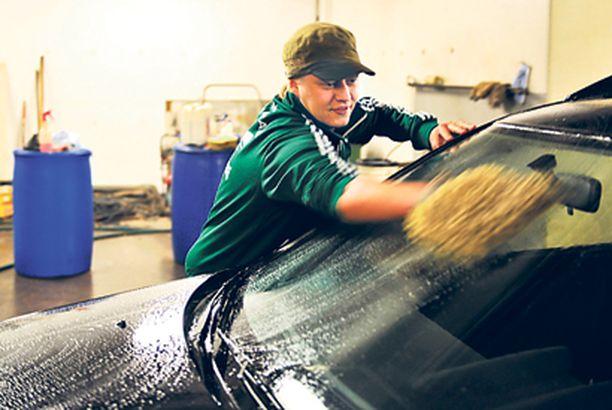 Keskikokoisen perheauton pesemiseen kuluu litran verran pesuainetta. Pesuaineen levitys aloitetaan auton alaosasta.