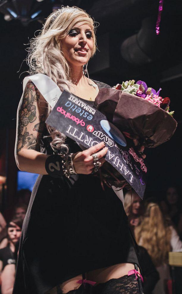 Daniela Koskinen sai rockmissin tiaran kutreilleen.