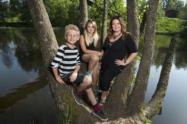 Meiju kesällä 2014 lastensa Joakimin ja Milenan kanssa.