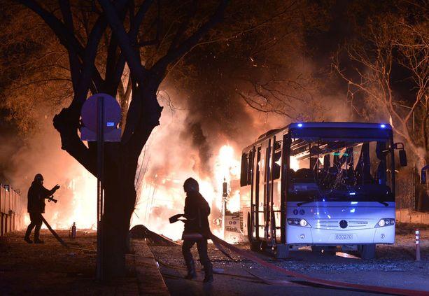 Palomiehet sammuttivat pommin syttyttämää tulipaloa Ankarassa keskiviikkona.