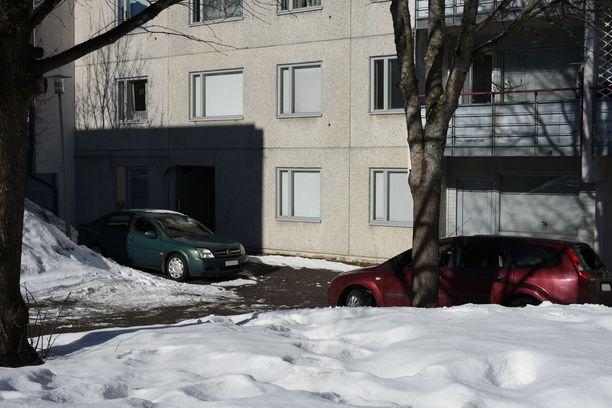 Kaksi autoa tuhoutui Vantaan Maauunintiellä sijaitsevassa pihassa. Autot oli pysäköity saman rapun eteen, jossa paloi lauantaina yksi asunto.