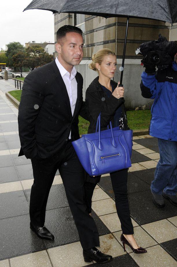 Mike Sorrentino saapumassa oikeuteen tyttöystävänsä Lauren Pescen kanssa.