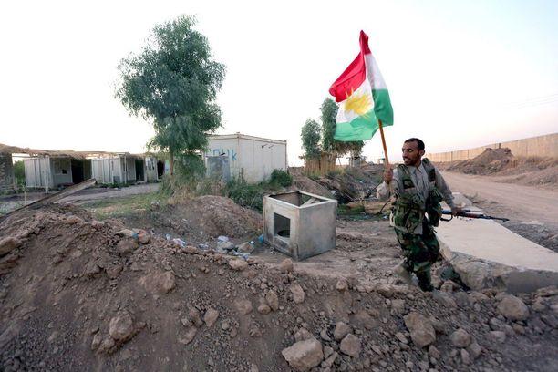 Irakin shiiamilitiaan kuuluva sotilas kantaa Kurdistanin lippua sen jälkeen, kun Hashd al-Shaabi -militia ja Irakin kansallinen poliisi ovat ottaneet Kirkukin haltuunsa Kurdistanin peshmergajoukoilta lokakuussa.