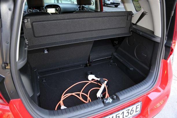 """Kun tavaratilan pohjalevy on yläasennossa, auton oma laturi mahtuu """"kellaritilaan""""."""