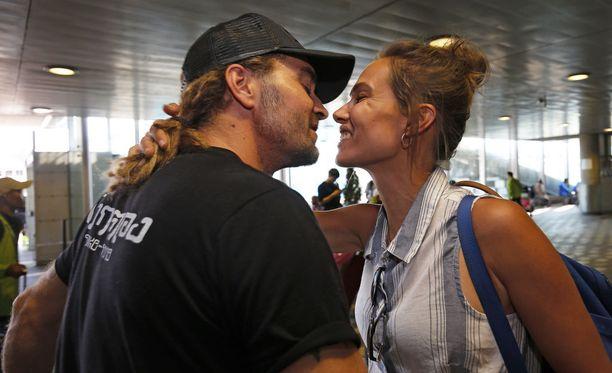 Helsinki-Vantaan lentokentän tuloaulassa Mikko Paasia odottivat malttamattomina hänen vaimonsa Krista Paasi, 2,5-vuotias tytär Isla