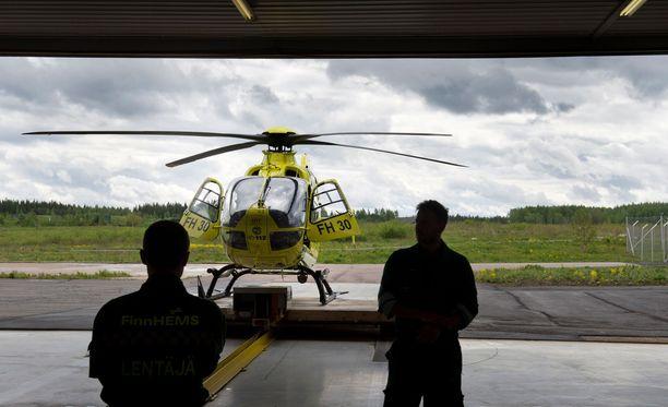 Lääkärihelikopteri valmistautuu lähtöön Pirkkalan lentokentällä. Kuva on kesältä 2016.