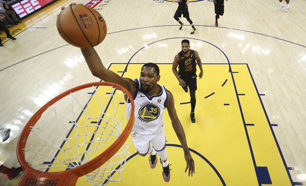 Kevin Durant oli ilmiliekeissä Warriorsin voitossa.
