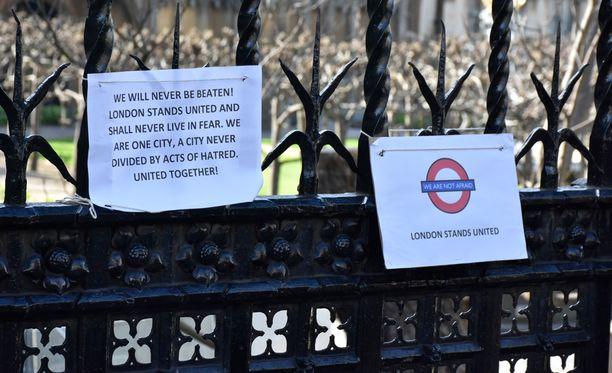 Lontoolaiset eivät anna periksi, Big Benin kellotornin aitaan kiinnitetyssä lapussa todetaan. Vain pari päivää aiemmin tapahtunut isku ei Lontoon kaduilla juurikaan enää näkynyt.