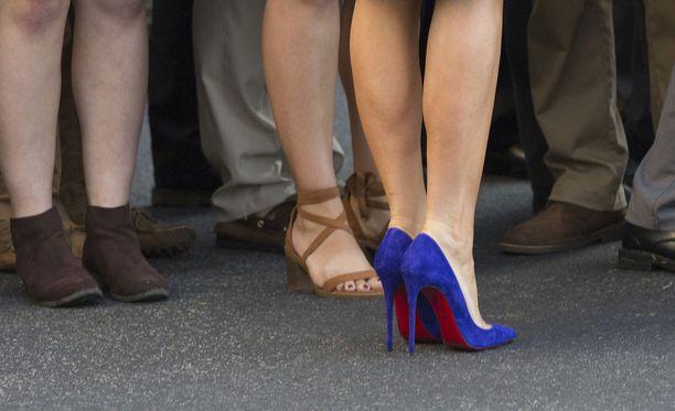 Melania Trumpin tyylin kulmakivi on korkokengät kuten Aasian valtiovierailun alla otetussa kuvassa näkyvät Christian Louboutinin sähkönsiniset kengät.
