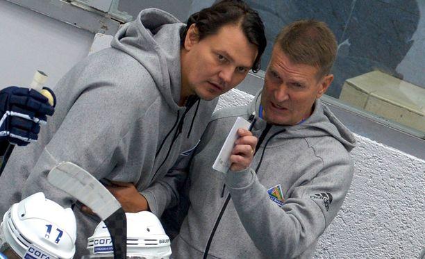 Ex-NHL-pakki Nikolai Tsulygin toimi Erkka Westerlundin apuvalmentajana ja tulkkina.
