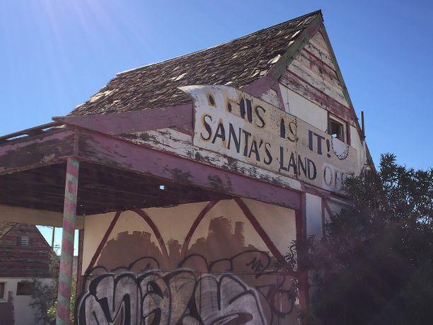 Joulupukin konttori on graffitien peitossa.