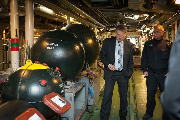Poikkeusoloissa Suomi voi laskea mereen vaikkapa suojamiinoitteen. Presidentti Sauli Niinistö tarkasti miinalaivan miinakannella kosketusmiinoja toukokuussa 2014, kun hän tutustui merivoimiin.