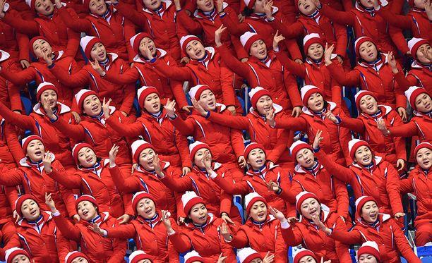 Kansandemokraattisen tasavallan tanssijat kannustavat urheilijoitaan olympiakisoissa.