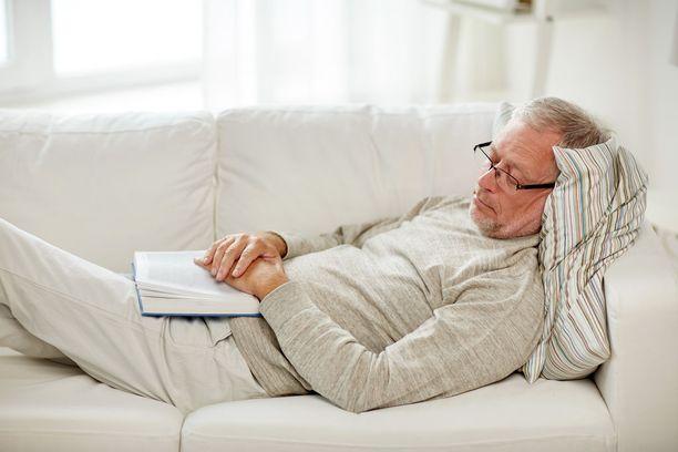 Tunnin mittaiset päiväunet lounaan jälkeen ovat tuoreen tutkimuksen ikäihmisillä optimaaliset.