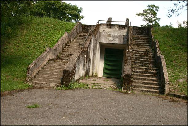 Yksi bunkkerin sisäänkäynneistä.