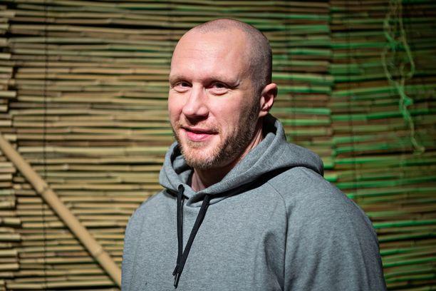 Ex-kiekkoilija Hannes Hyvönen teki salapoliisityötä kosintaa varten.