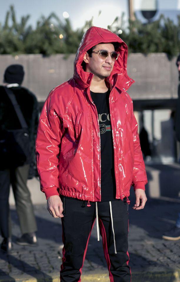 Puffertyylinen PVC-takki yhdistää hauskasti kaksi trendiä. Huomaa myös punaiset tehosteraidat housuissa.