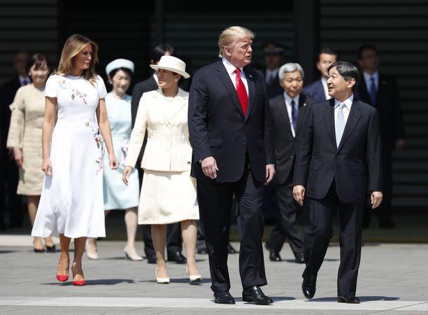 Edessä presidentti Donald Trump ja Japanin keisari Naruhito ja heidän takanaan Yhdysvaltain ykkösrouva Melania Trump ja keisarinna Masako.