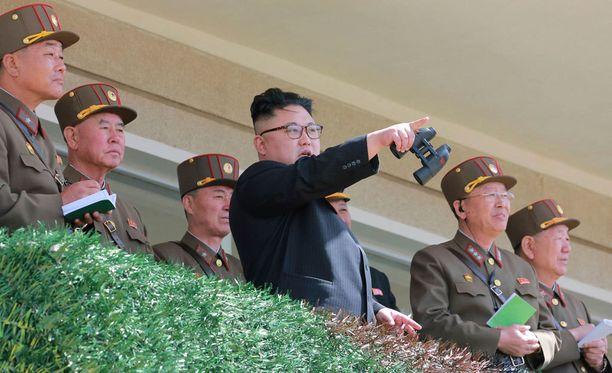 Pohjois-Korean diktaattori Kim Jong-un seurasi sotilasharjoituksia parjantaina, kun maa valmistautui juhlistamaan hänen isoisänsä syntymää.