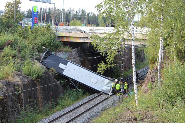Neljä ihmistä kuoli vakavassa liikenneonnettomuudessa elokuussa, kun bussi syöksyi alas Kolmisopintien sillalta junaradalle Kuopiossa.