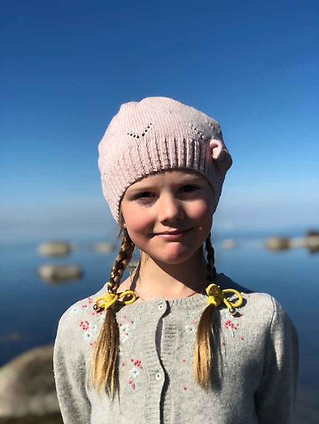 Ruotsin prinsessa Estelle, 7, halii pikkuprinssi Oscaria, 3, merimaisemissa - suloiset hovin pääsiäiskuvat