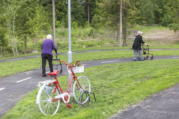 Leila Kivimaa (vas.) ja Eila Virtanen lenkillä noin 150 metrin pituisella vauhtiradalla.