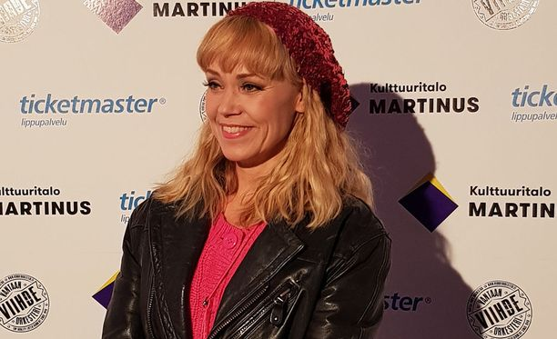 Näyttelijä Anu Palevaara nähdään Blondi tuli taloon -näytelmässä.