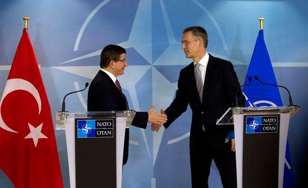 Turkin pääministeri Ahmet Davutoglu ja Naton pääsihteeri Jens Stoltenberg kekustelivat Venäjän alasampumasta hävittäjästä marraskuun lopussa Brysselissä.