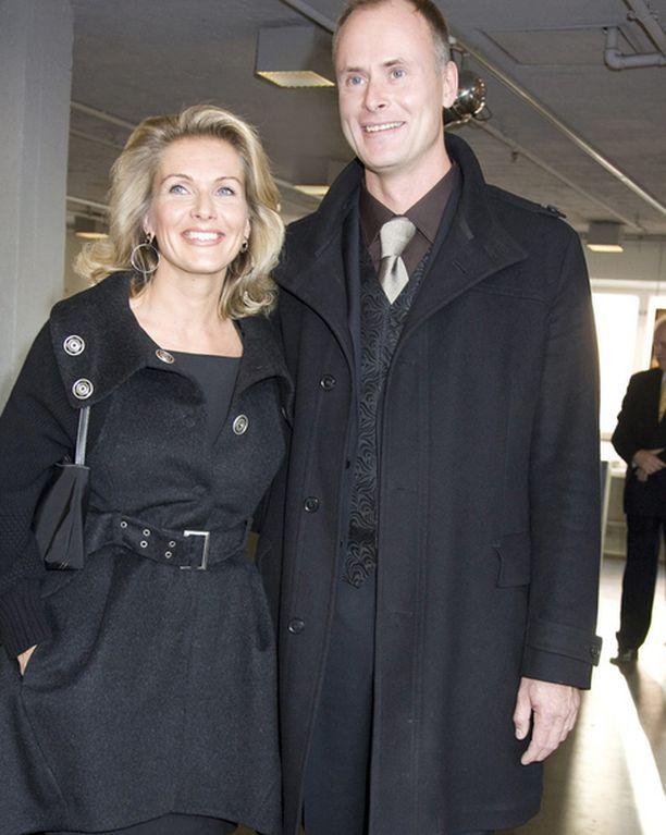 VIHDOINKIN Yrittäjä Janne Erjola on mies, jonka rinnalla Tanja Karpela on harvinaisen levollisen ja onnellisen näköinen.
