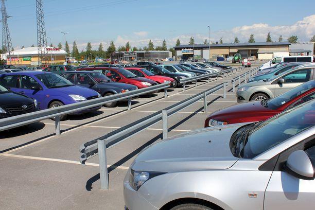 Traficom perii yrittäjältä yli 3000 euron ajoneuvoveroja kahdesta vanhasta autosta, jotka tuntematon osapuoli on ilmoittanut yrityksen nimiin  (arkistokuva).