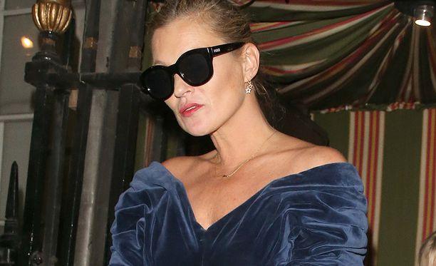 Kate Moss hukuttaa kasvojen turvotuksen jääastiaan.