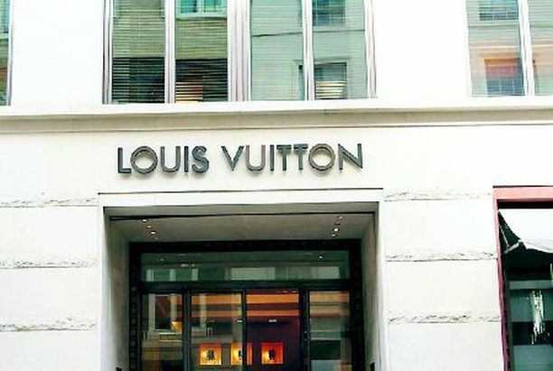 PIAN MYÖS SUOMESSA Louis Vuitton avasi ensimmäisen liikkeensä Pariisiin 1854. Maailmalla Vuittonin liikkeitä vartioidaan niin huolellisesti, että moni tavistallaaja ei tohdi sisään.