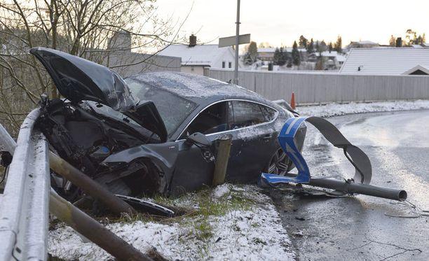 Northugin Audi A7 tuhoutui törmäyksessä käyttökelvottomaksi.