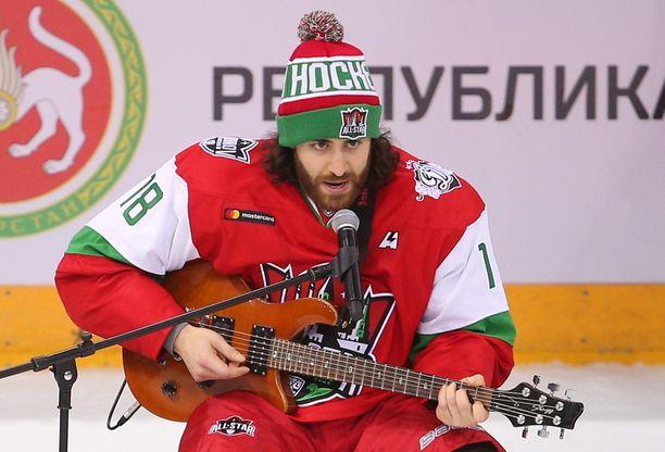 """Mathew """"Majoneesi-Matti"""" Maione otti yleisönsä harvinaisella tavalla Kazanin KHL-tähdistötapahtumassa."""