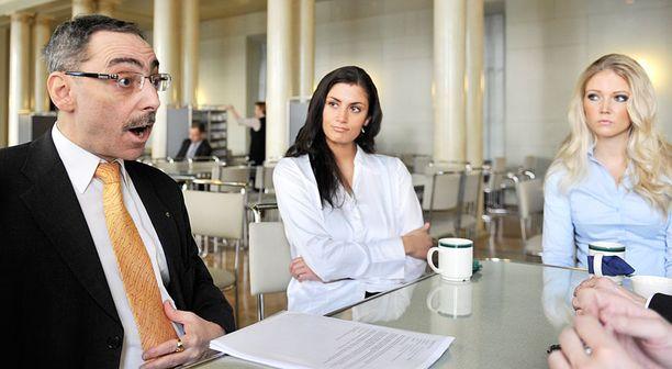 Ben Zyskowicz luotsaa kaunotarkaksikko Jasmin Mäntylää ja Essi Pöystiä edeuskuntaan kokoomuksen riveistä.