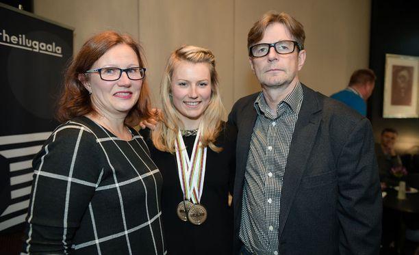 Lotta Lepistön vanhemmat Tuula ja Jyrki näkivät paljon reissaavan tyttärensä ensi kertaa hetkeen.