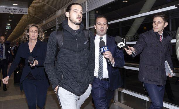 Goulding palasi joukkueen kanssa Australiaan, mutta sanoi medialle haluavansa viettää aikaa perheen kanssa.
