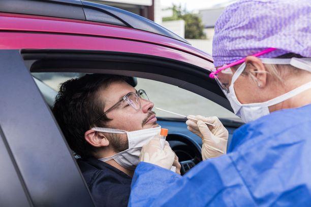 Nenän kautta otettu testi voi antaa koronaviruksen kantajista jopa 20 prosentille väärän negatiivisen tuloksen. Kuvituskuva.