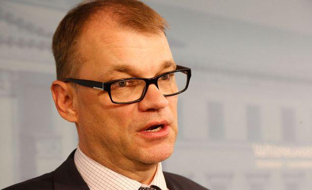 Pääministeri Juha Sipilä on tänään Berliinissä, eikä näin ollen vastaa itse opposition välikysymykseen.
