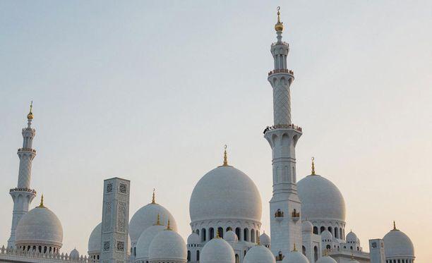 Moskeijan siluetti hämärtyvässä illassa.