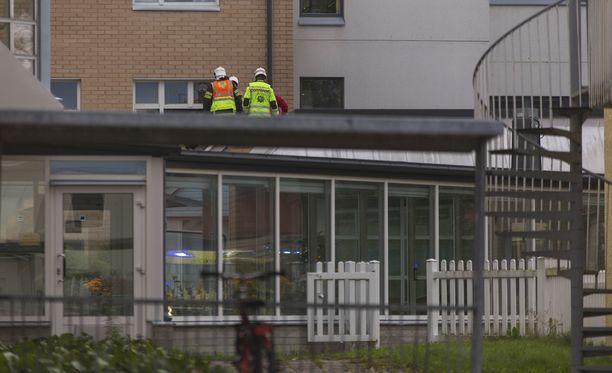 Iäkäs uhri putosi Kokkokallionkadulla sijaitsevan Kymen Hoito- ja Kuntoutuskeskuksen ikkunasta. Hän putosi muutaman metrin matkan rakennuksen matalamman osan katolle.