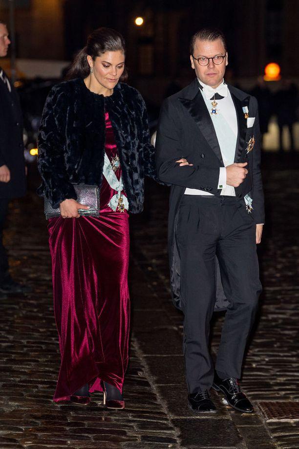 Prinssi Daniel huolehti, ettei vaimo liukastunut.